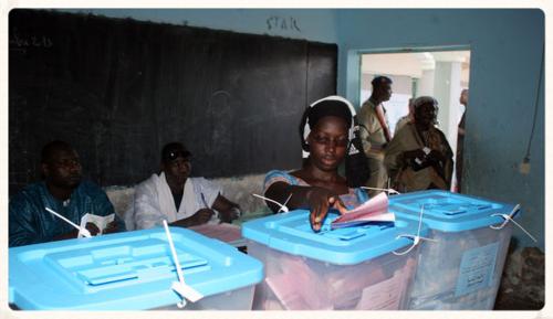 Une-mauritanienne-vote-a-nouakchott-pour-les-elections-legislatives-et-muncipales-le-23-novembre-2013_4534150