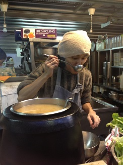 Cocinero japonés, experto en platos de ebullición como el sukiyaki.