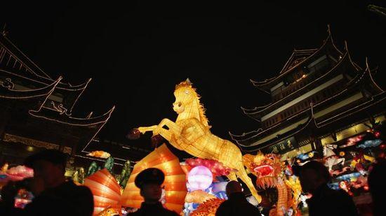 Farolillo de papel con la forma de un caballo en los jardines Yuyuan, en Shanghái, el pasado 25 de enero. (Reuters)