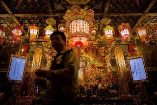 Un hombre da la bienvenida al Año del Caballo en el templo  Wong Tai Sin, en Hong Kong. (AFP-Getty)
