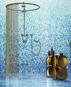Ducha y terraza, y también el aseo con el inodoro, se proponen revestir con un vitalista mosaico tipo Bisazza