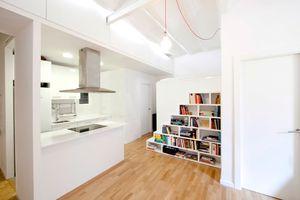 Libreria y escalera de acceso al dormitorio y a los armarios empotrados en el falso techo