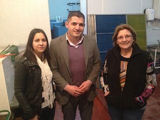 De izquierda a derecha, Lucía Fernández, Uxio Benítez y Maria Consuelo Fernández, de la empresa Benítez  Fernández SL, en el pueblo de Goián