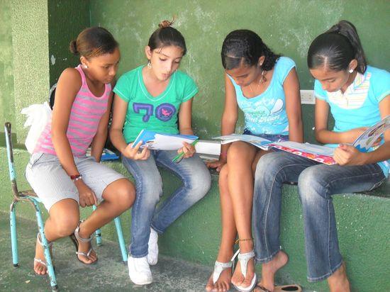 Alumnas preparando un cronograma