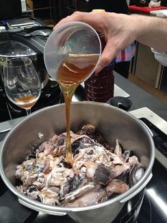 Añadienco colatura di acciughe (jugo resudado de los barriles de anchoas, de origen italiano) a los despojos de merluza