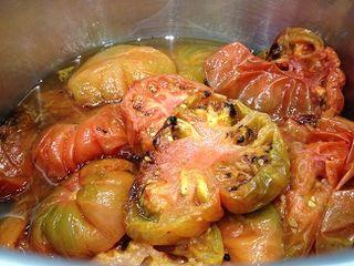 Tomates ya asados dentro de la olla a presión para obtener el consomé