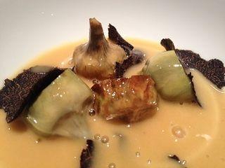 Alcachofas ecológicas, fritas y al vapor, velouté de pollo al Jerez y trufa negra de Morella