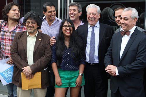 Mario Vargas LLosa junto a un grupo de escritores peruanos.