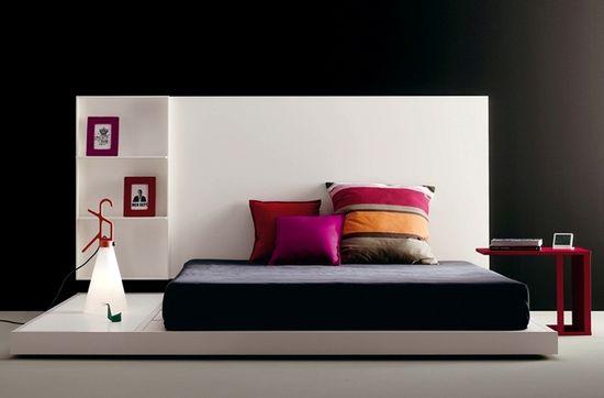 Con una tarima, la cama puede ser un ambiente prtopio dentro del  dormitorio.