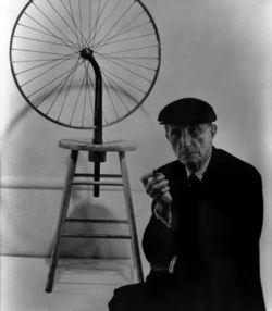 Duchamp posa con su obra
