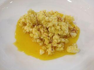 Falso y delicioso risotto. El arroz se sustituye por coliflor. El jugo se elabora con pieles de bacalao y se aromatiz con azafrán.