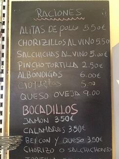 Pizarra del bar, propia de una tasca madrileña