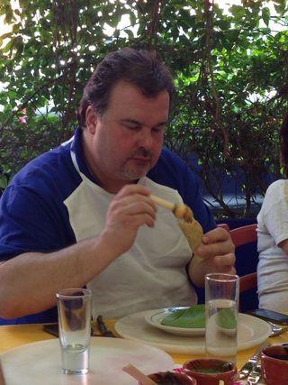 El famoso pastelero Pierre Hermé, disfrutando con un taco de carnitas