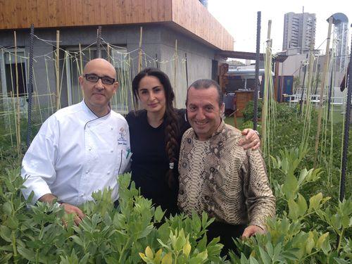 El cocinero Javier Lebrero, Mercé Lázaro, Floren Domezáin y su esposa Mercé Lázaro en la terraza del hotel Wellington