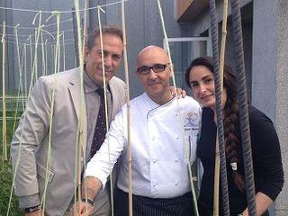 De izquierda a derecha, Tarin, director del hotel Wellintong,  el cocinero Javier Lebrero y Mercé Lázaro, esposa de Floren Domezáin