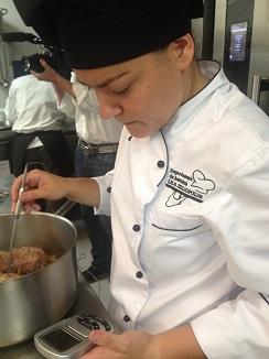 Lola Hedrera del IES de Sevilla. Segundo premio durante la preparación de su plato