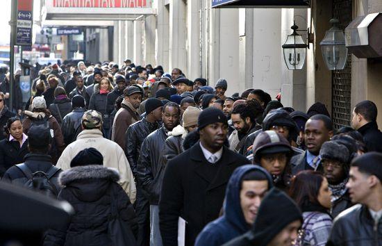 Desempleados hacen cola para entrar en una feria de empleo en Denver (EE UU).