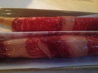 No es jamón sino lascas de carne de vaca curada enrolladas sobre flautas huecas de pan