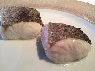 Dos trozos de merluza, a la izquierda la de pincho, a la derecha la de arrastre