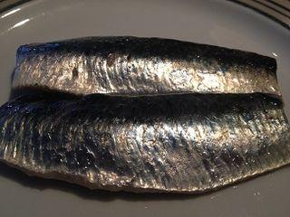 Lomos de sardinas limpios al salir del horno, unos con más grasilla que otros.