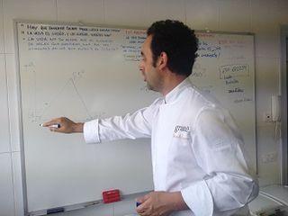 Fernando Sáenz, frente a una pizarra donde explica sus matemáticas heladas, desde la formulación de un helado hasta su maduración en cámara. Ciencia y cocina helada