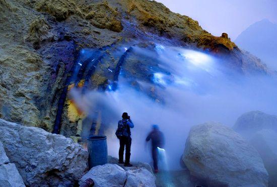 Mineros en el cráter del Kawah Ijen, un volcán activo de 2.380 metros al este de la isla indonesia de Java Borja Sánchez
