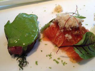 Lienzo 10. Rojo marmolado y papaya. Salsa de pescado y clorifila como condimento. Ensalada tibia
