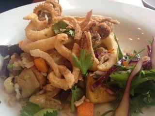 Versión evolucionada de Estanis Carenzo del típico aeropuerto, tradicional plato chifa. Contiene calamares fritos y arroz chaufa con encurtido de col