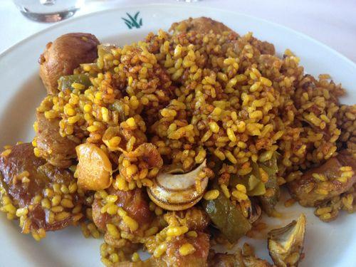 Paella valenciana de pollo, conejo y caracoles de Julián García, excelente