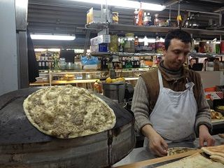 Libanés preparando su pan de pita