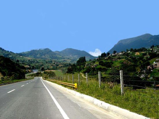 800px-Carretera_hacia_Urabá