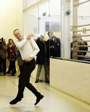 El presidente Alberto Fabra jugando a pelota.