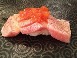 Nigiri templado de ventresca de atún (toro) con picadillo de tomate, kimchi y lima. 99 Sushi Bar