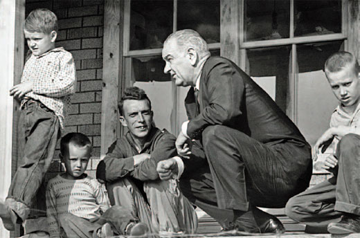 Lyndon Johnson arrancó su lucha contra la pobreza visitando la cabaña de Tom Fletcher en Martin County, Kentucky.