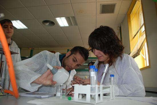 Alumnos en el laboratorio