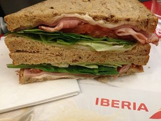 Sandwich Club que se vende en Iberia, clase turista, razonablemente bueno