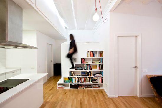 Este módulo librería, que  separa el comedor del vestidor, da acceso a un dormitorio y a los armarios empotrados que sobrevuelan la cocina
