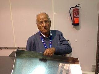 César Bonilla, a sus 81 años muestra orgulloso la limpieza de sus instalaciones, pocas horas después de haber frito sus famosos churros