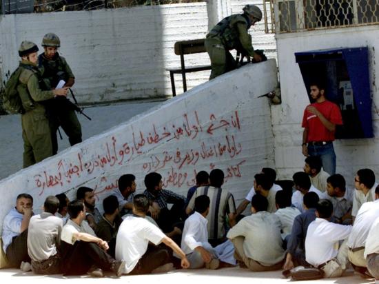 Soldados israelíes detienen a estudiantes de la Universidad Técnica de Palestina en Hebrón (Cisjordania), en una imagen de archivo / Reuters.