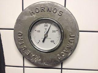 Termómetro exterior del horno de leña en Picsa. Se cuece a  250º C en lugar de 300º C como sucede en otras pizzerías