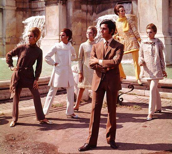 Valentino-with-models,-1967_610pxb