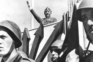 Franco preside un desfile militar en los años cuarenta
