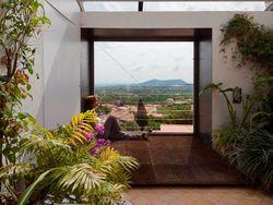 El dormitorio coloniza la terraza, que funciona como un spa privado como en esta casa que firma Luis Velasco Roldan