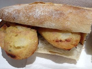 Bocadillo de morcilla de tortilla de patatas, con huevo en lugar de sangre