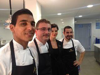 Andoni Aduriz con su equipo en las cocinas del hotel Las Dunas.