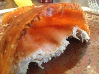 El portentoso cochinillo de Coque, contrapunto cárnico. No se sabe qué esta mejor si su piel que se infla y cruje como un barquillo, la carne deliciosa, o la grasilla una tentación irrefrenable