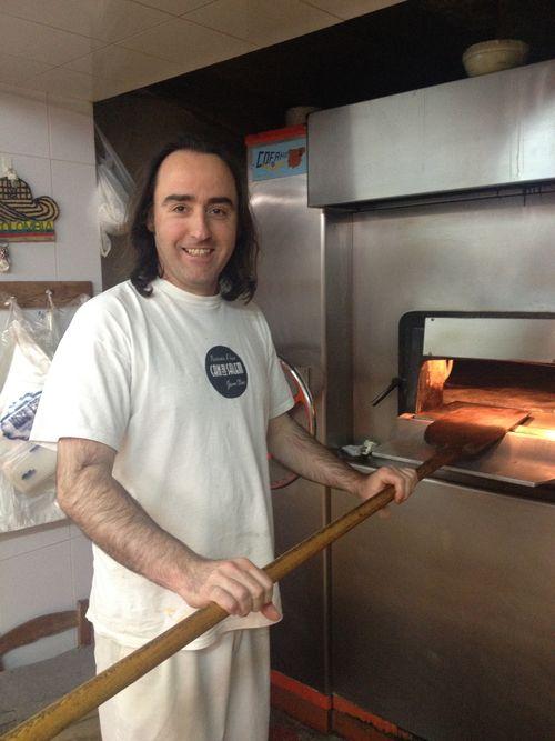 Jaume Oliver con la pala de su horno de piedra