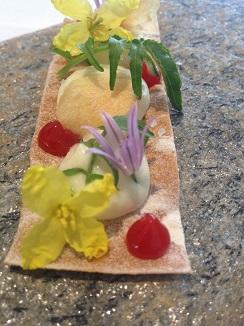 Brandada de lucio sobre tosta de espelta con inflorescencias de perfoliata y ajetes, con jalea de pimientos. Aperitivo del restaurante Montia