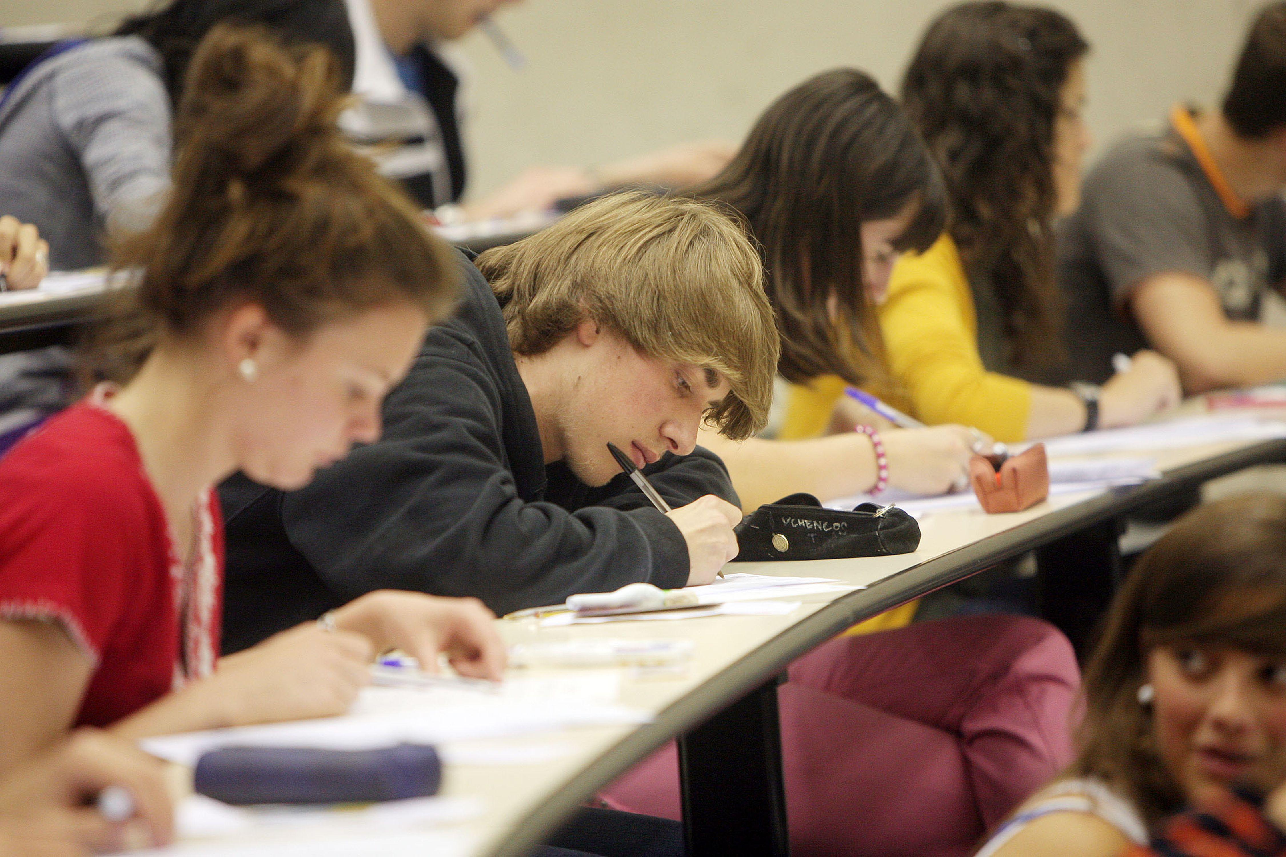 Resultado de imagen para estudiantes en examen