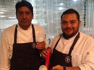 Arturo Fernández, a la derecha, y su ayudante, a la izquierda, en el restaurante Raíz